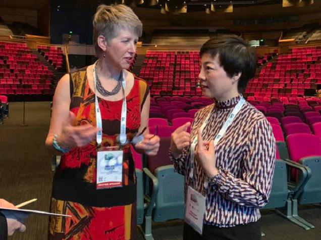 (图:杜爱华院长与马来西亚纽卡斯尔大学医学院儿科风湿病学Helen Foster教授在青少年儿童风湿病问题展开讨)