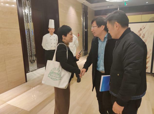 (图:杜爱华院长与北京协和医院风湿免疫科主任医师赵久良进行交流、探讨,并分享了彼此在类风湿临床诊疗上的一些新意见)